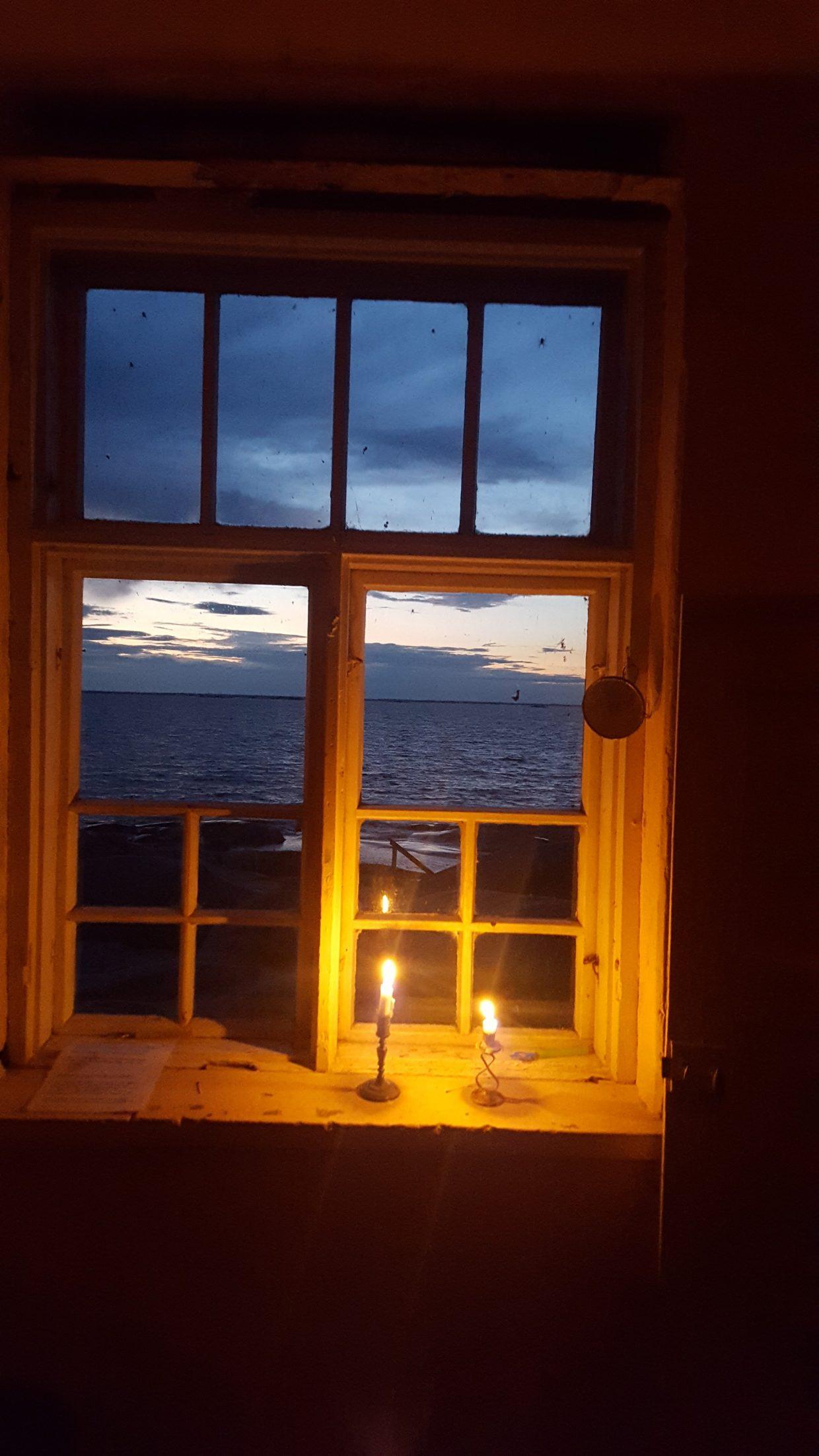 Begntskärin majakan saunan ikkunalla kynttilät