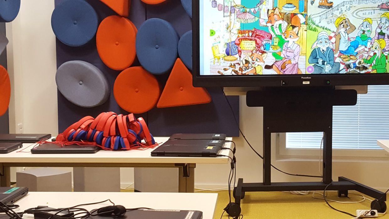 Uuden koulun ekaluokan näkymä tietokoneineen